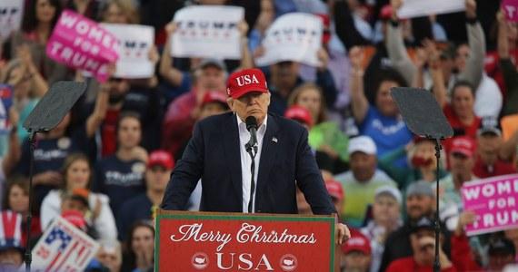 """Wiceprezydent USA Joe Biden zarzucił prezydentowi Donaldowi Trumpowi niedojrzałość i ignorancję. W wywiadzie dla telewizji publicznej PBS nazwał go jednak dobrym człowiekiem, ale dodał: """"Dorośnij Donald (...). Jesteś prezydentem""""."""