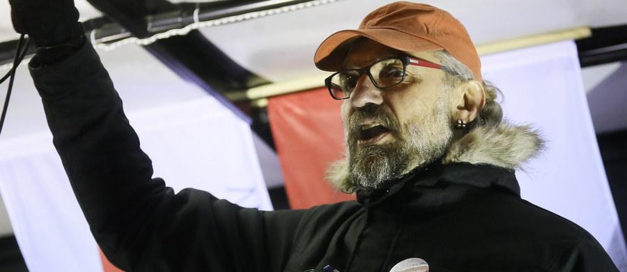 Trzy osoby uzbrojone w kije bejsbolowe próbowały zakłócić spotkanie lidera KOD Mateusza Kijowskiego, który  był w opolskim Namysłowie w tamtejszym domu kultury. Interweniowała policja.