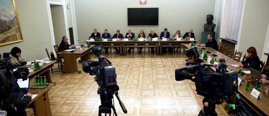 Przyszłość gimnazjów, dalsze losy sejmowego protestu, nowe reguły gry dla dziennikarzy w parlamencie i początek misji amerykańskich żołnierzy w Polsce. Między innymi o tym będą w tym tygodniu dyskutować politycy.