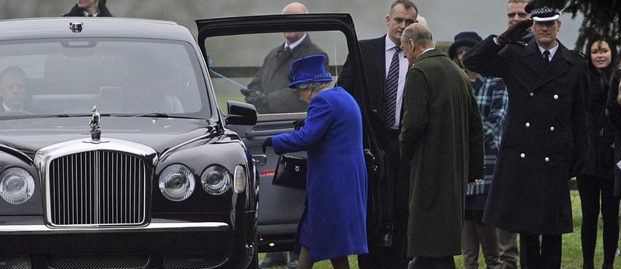 Brytyjska królowa Elżbieta II wzięła w niedzielę udział w nabożeństwie w kościele w pobliżu swojej posiadłości w Sandringham. Po raz pierwszy pojawiła się publicznie od ponad trzech tygodni - w tym czasie 90-letnia monarchini zmagała się z ciężkim przeziębieniem.