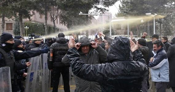 Turecka policja użyła gazu łzawiącego i armatek wodnych, by rozproszyć setki protestujących przed siedzibą parlamentu w Ankarze. Manifestanci sprzeciwiają się planowanym zmianom w konstytucji rozszerzającym uprawnienia prezydenta kraju.