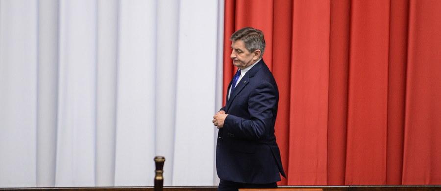 Marszałek Sejmu Marek Kuchciński zaapelował do posłów, którzy zajmują salę plenarną, by opuścili Sejm i umożliwili przygotowanie sali do obrad. Według niego prokuratura z urzędu powinna przeanalizować zachowania niektórych posłów i rozpocząć formalne kroki.