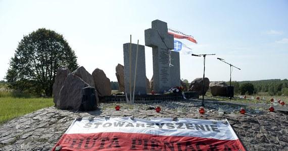 Na zachodniej Ukrainie zdewastowano pomnik Polaków zamordowanych w 1944 r. przez ukraińskich nacjonalistów we wsi Huta Pieniacka. Zniszczenia udokumentowano w nagraniu wideo i na zdjęciu, które umieszczono w poniedziałek w rosyjskich mediach społecznościowych. Sprawa jest już znana polskiej dyplomacji.