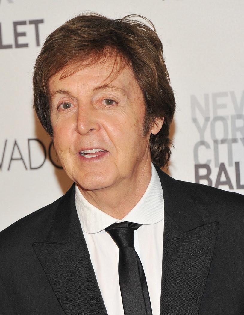 """Na ilu instrumentach grał Paul McCartney? Gitara, pianino, harmonijka, bas - to wiedzą wszyscy. Ale były Beatles przypomniał na swoim profilu, że zdarzyło mu się """"zagrać"""" na... selerze. Miało to miejsce podczas sesji nagraniowej grupy Beach Boys."""