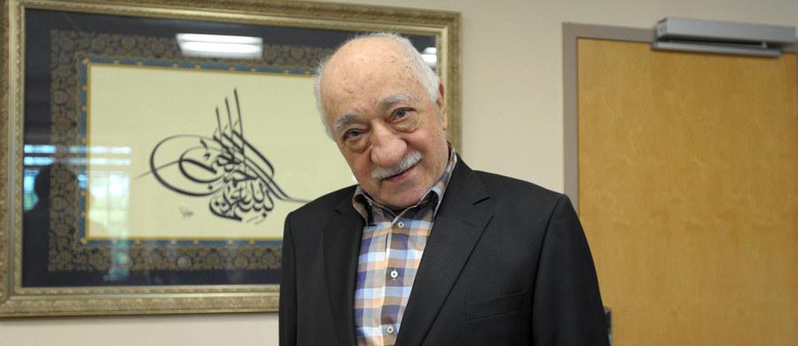 W związku z dokonaną w Turcji w lipcu ubiegłego roku próbą wojskowego zamachu stanu zwolniono dotąd z pracy blisko 100 tys. urzędników państwowych i innych osób zatrudnionych w sektorze publicznym - poinformował we wtorek minister pracy Mehmet Muezzinoglu.