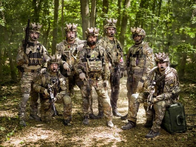 """W piątek, 20 stycznia o godz. 20.10 w HBO będzie można obejrzeć pierwszy odcinek nowego serialu sensacyjnego """"Six"""". Jego twórcy prezentują opartą na prawdziwych wydarzeniach historię legendarnego Navy SEAL Team Six - amerykańskiego oddziału żołnierzy do zadań specjalnych. Premierowy odcinek dostępny będzie już 19 stycznia, dzień po amerykańskiej premierze, w serwisie internetowym HBO GO."""