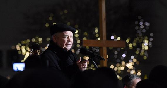 """""""Jesteśmy coraz bliżej prawdy o katastrofie smoleńskiej i żadne działania, które się temu przeciwstawiają nic nie pomogą"""" - powiedział prezes PiS Jarosław Kaczyński w 81. miesięcznicę katastrofy smoleńskiej."""