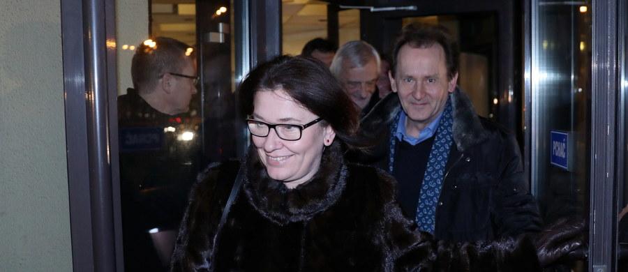 PiS chce rozpocząć środowe posiedzenie Sejmu na sali plenarnej, ale jeśli opozycja dalej będzie protestować, gotowa do obrad będzie Sala Kolumnowa - zapowiedział to według PAP szef partii Jarosław Kaczyński podczas spotkania klubu PiS.