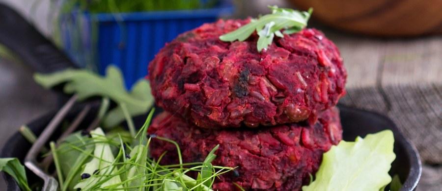 """Już niedługo w Holandii może zostać zakazany """"kotlet wegetariański"""". Deputowani z rządzącej partii VVD chcą zakazać stosowania przez producentów w Holandii określeń typu """"wegetariański sznycel"""", czy """"wegetariański hamburger"""", w odniesieniu do bezmięsnych produktów. Holenderscy deputowani Erik Ziengs i Helma Lodders uważają, że nazywanie bezmięsnych posiłków przy użyciu słów hamburger, sznycel, pieczeń  czy kotlet wprowadza w błąd konsumentów. Według nich to po prostu zwodnicze nazewnictwo, by przyciągnąć mniej przekonanych wegetarian."""