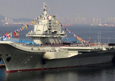 Chiński lotniskowiec na wodach Cieśniny Tajwańskiej. Tajwan podrywa samoloty