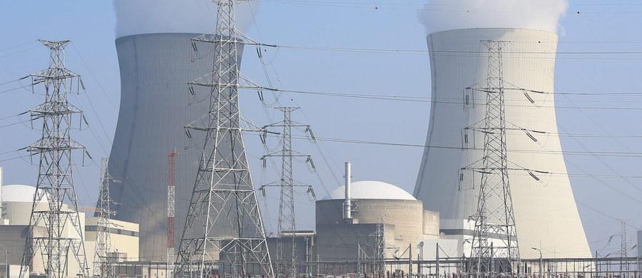 """Jeden z reaktorów elektrowni atomowej Doel na północy Belgii wyłączył się automatycznie. Do zdarzenia doszło po wypadku, w wyniku którego jedna osoba została ranna. """"Jesteśmy w trakcie szczegółowego analizowania przyczyn zdarzenia, do którego doszło we wtorek"""" - powiedziała rzeczniczka operatora, firmy Electrabel. Dodała, że wyłączenie nastąpiło automatycznie w ramach """"mechanizmu bezpieczeństwa""""."""