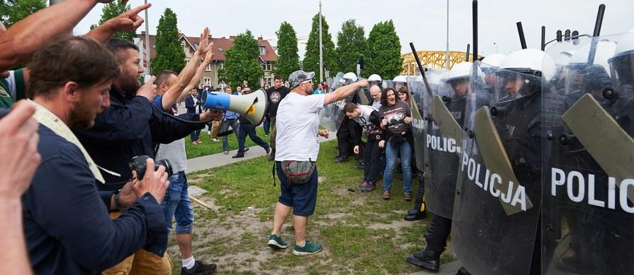 Prokuratura umorzyła sprawę policjantów, którzy w maju w Gdańsku zabezpieczali Marsz Równości. Ustalono, że policjanci nie przekroczyli swoich uprawnień. Doszło wtedy do przepychanek między policjantami a kontrmanifestującymi wobec demonstracji. Zatrzymana została między innymi córka radnej PiS-u z Gdańska.
