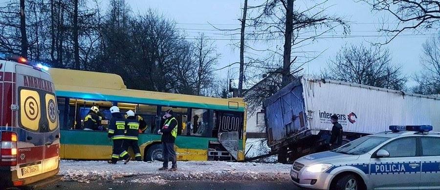 8 osób jest rannych po wypadku w Bojszowach na Śląsku. Ciężarówka zderzyła się tam z miejskim autobusem. Informację o tym zdarzeniu dostaliśmy na Gorącą Linię RMF FM.