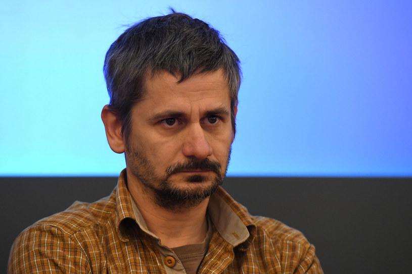 """""""Nieprawi"""" to najnowszy film wielokrotnie nagradzanego rumuńskiego reżysera Adriana Sitaru. Produkcja, która była pokazywana między innymi na zeszłorocznym Berlinale, polską premierę miała podczas 16 MFF T-Mobile Nowe Horyzonty. Od 13 stycznia możemy oglądać ją w kinach."""