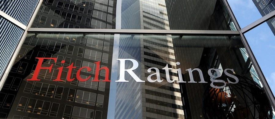 Agencja ratingowa Fitch podtrzymała ratingi Polski dla zobowiązań w walucie zagranicznej i złotych na poziomie A - z perspektywą stabilną. Zgodnie z komunikatem, ratingi naszego kraju wspierają solidne fundamenty makroekonomiczne, w tym zdrowy system bankowy i właściwa polityka pieniężna. Z kolei Agencja Moody's podała w piątkowym komunikacie, że nie dokonała aktualizacji ratingu Polski.
