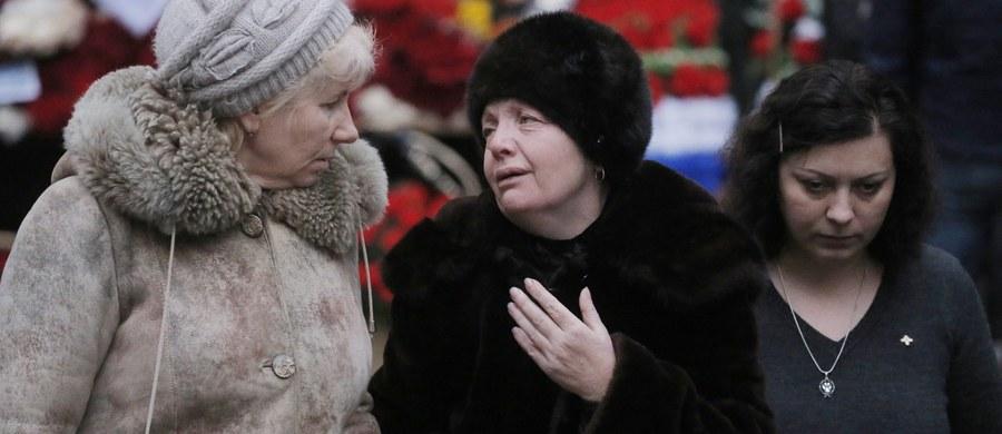 Rodziny ofiar grudniowej katastrofy samolotu rosyjskiego ministerstwa obrony - w większości członków Chóru Aleksandrowa - skarżą się na resort z powodu sporu o uroczystości pogrzebowe. Krewni ofiar wskazują też, że ministerstwo ciągle zmienia terminy pochówku - relacjonują rosyjskie media.