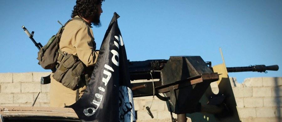 Bojownicy Państwa Islamskiego zaatakowali pozycje rządowe w mieście Dajr az-Zaur we wschodniej Syrii, zabijając dziesiątki cywili i żołnierzy - podało Syryjskie Obserwatorium Praw Człowieka. W odpowiedzi syryjskie lotnictwo zbombardowało pozycje ISIS.