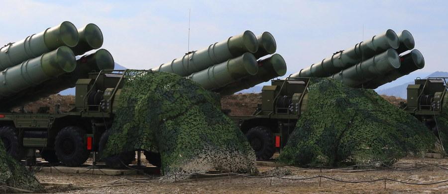 Na Krymie będą rozlokowane dodatkowe systemy przeciwrakietowe S-400 Triumf - oświadczył w sobotę dowódca 4. armii sił powietrznych Rosji gen. Wiktor Siewostianow. Wcześniej podano, że na półwyspie dyżur rozpoczął bojowy pułk rakietowy wyposażony w S-400.