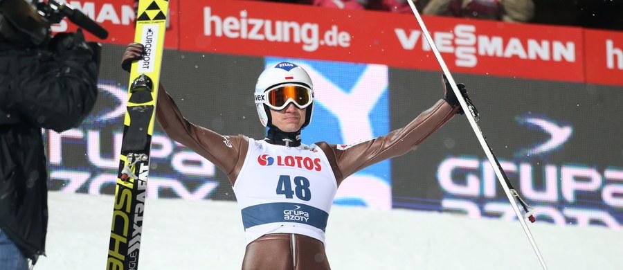 Kamil Stoch został pierwszym Polakiem, który wygrał konkurs Pucharu Świata w skokach narciarskich na obiekcie im. Adama Małysza w Wiśle Malince. To jego 18. zwycięstwo w karierze i trzecie w tym sezonie, dzięki czemu objął prowadzenie w klasyfikacji generalnej cyklu. Jutro skoczkowie wezmą udział w konkursie indywidualnym.
