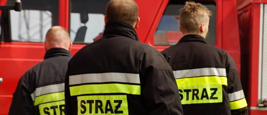Dwie osoby - kobieta i mężczyzna - zginęły w wyniku pożaru, jaki wybuchł w bloku na osiedlu Centrum A w Krakowie. Ogień pojawił się w mieszkaniu na drugim piętrze. Ewakuowano cztery osoby.