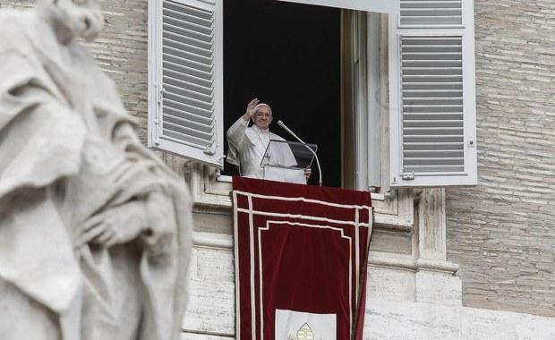 """Papież Franciszek przypomniał wiernym, że Bóg w Biblii prosi o to, by pomagać migrantom i cudzoziemcom. W migrantach """"obecny jest Jezus; często cierpiący, odrzucony i upokorzony"""" - mówił papież."""