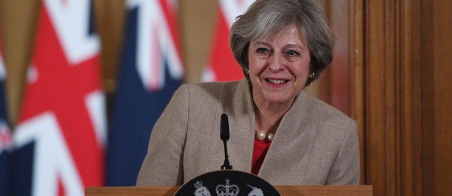 Premier Wielkiej Brytanii Theresa May zapowie podczas wtorkowego przemówienia o wyjściu kraju z Unii Europejskiej, że jest skłonna rozważyć tzw. twardy Brexit i poświęcić brytyjskie członkostwo we wspólnym rynku na rzecz kontrolowania imigracji - informuje niedzielna prasa.