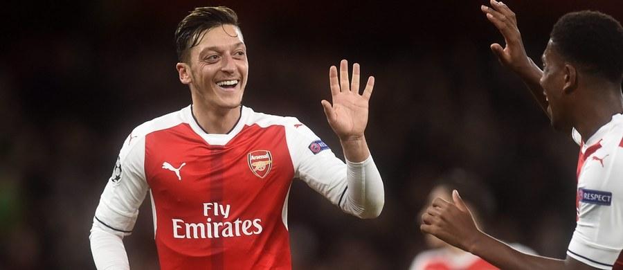 Pomocnik Arsenalu Londyn Mesut Oezil zwyciężył w głosowaniu niemieckich kibiców na najlepszego piłkarza 2016 roku tego kraju. 28-letni zawodnik został w ten sposób wyróżniony drugi raz z rzędu i po raz piąty w karierze.