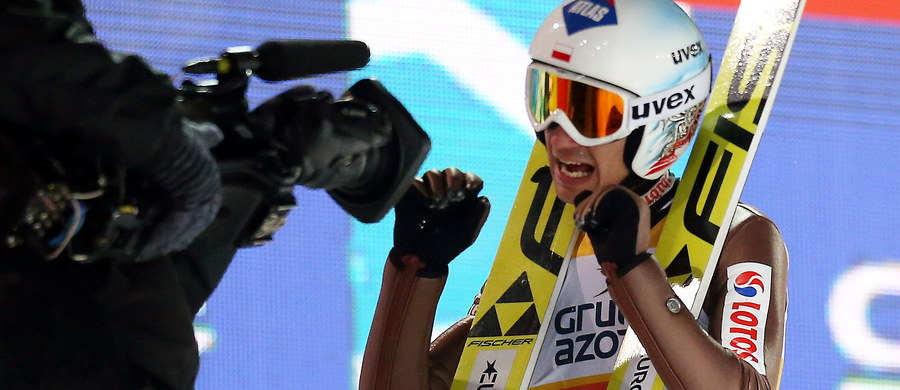 """Kamil Stoch powtórzył w niedzielę sukces wygrywając zawody Pucharu Świata w skokach narciarskich w Wiśle. Dzień wcześniej został pierwszym Polakiem, który triumfował w konkursie tego cyklu na obiekcie im. Adama Małysza. """"Piękna atmosfera, wspaniali kibice, wspaniałe zawody. Trochę loteryjne, ale cieszę się z pracy, który wykonałem, i szczęścia, które mi dopisywało. (…) Odniosłem zwycięstwo. (...) Dziękuję wszystkim, którzy się do tego przyczynili – sztabowi szkoleniowemu, mojej rodzinie, kibicom, którzy nie tylko mnie, ale i całą drużynę tutaj wspierali. Było ich słychać na górze"""" - mówił Kamil Stoch."""