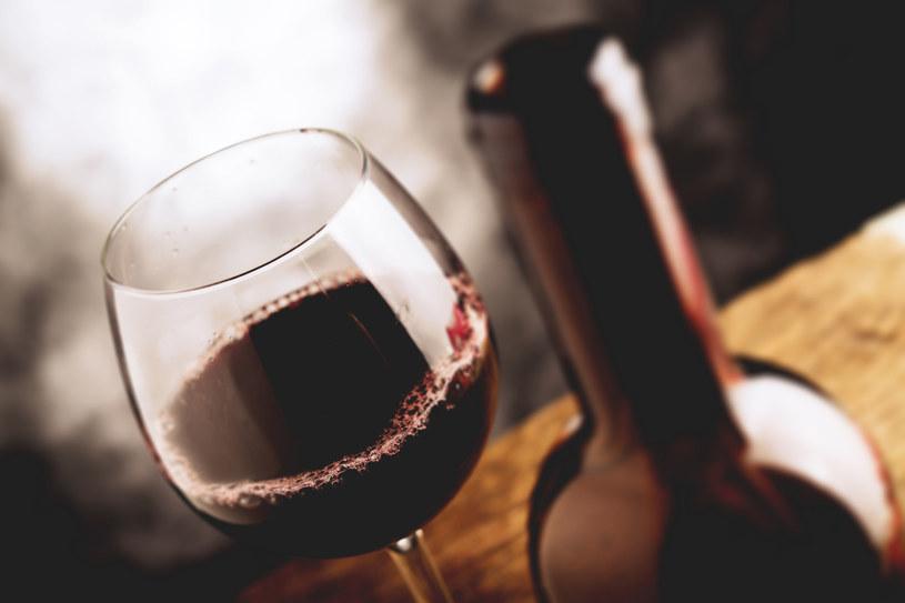 """Jaki wpływ na smak wina ma jego wiek? Co zapach korka mówi o jakości trunku? I co właściwie oznacza """"temperatura pokojowa""""? Odpowiadamy na pytania i obalamy pięć najpopularniejszych mitów o winie."""