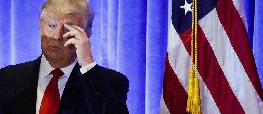 """Międzynarodowy kolektyw hakerów """"Anonymous"""" zapowiedział, że zdemaskuje """"rosyjskie tajemnice"""" Donalda Trumpa. Między innymi zabawy z udziałem prostytutek opisane zostały w raporcie przygotowanym przez byłego agenta brytyjskiego wywiadu. Po ujawnieniu jego tożsamości przez sieć telewizyjną CNN, Christopher Steele znalazł się w ukryciu. Brytyjskie media donoszą, że obawia się o swoje życie."""
