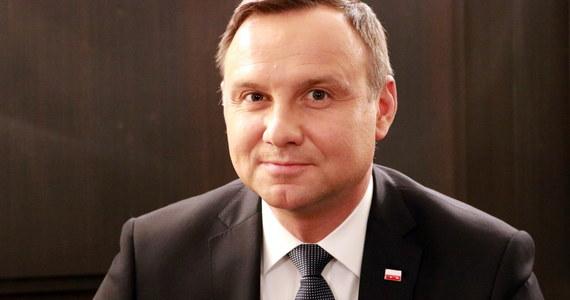 """""""Ja się niczego nie boję, jeżeli chodzi o politykę"""" – mówił prezydent Andrzej Duda w Porannej rozmowie w RMF FM. W ten sposób prezydent odniósł się do groźby Platformy Obywatelskiej postawienia go przed Trybunałem Stanu. """"Podpisałem budżet w pełnym przekonaniu, że został on uchwalony prawidłowo"""" - podkreślił. W rozmowie z Robertem Mazurkiem Andrzej Duda odrzucał też zarzuty opozycji, że jest prezydentem PiS-u. """"To retoryka jeszcze z kampanii wyborczej. Jakoś trzeba mnie atakować"""" – mówił Duda i dodał: """"Ja nie stoję po stronie żadnej z partii"""". Odnosząc się do wywiadu udzielonego europejskim mediom przez prezydenta elekta Donalda Trumpa i jego słów, że NATO jest przestarzałe, Andrzej Duda zapewniał, że """"NATO ma się dobrze"""". """"Żywotność sojuszu nie pokazuje, że z NATO miałby stać się coś złego""""- oświadczył prezydent Duda na antenie RMF FM."""