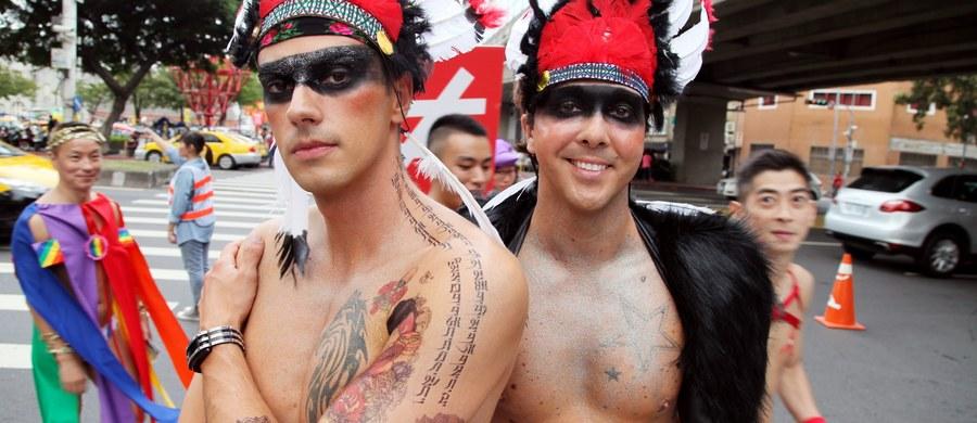 Na wyspie Phuket w Tajlandii zatrzymano Czecha, który uprawiał seks bez zabezpieczeń z wieloma osobami, mimo że wiedział, iż jest nosicielem wirusa HIV. Jedna z tych osób jest niepełnoletnia. Czech był poszukiwany przez Interpol. Przed czeskim wymiarem sprawiedliwości uciekł do Tajlandii.