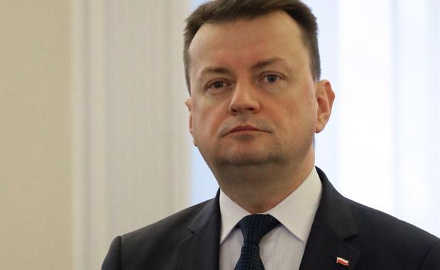 Policja zidentyfikowała już 80 osób protestujących przed Sejmem w nocy z 16 na 17 grudnia - poinformował szef MSWiA Mariusz Błaszczak. Jak dodał, w Krakowie, w związku z protestami przed Wawelem, zidentyfikowano 22 osoby. Według ministra osoby te mają odpowiedzieć za to, że dopuściły się złamania prawa.