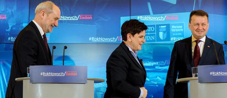 """Premier Beata Szydło żartowała, że razem z szefami: MSWiA i MON będą musieli wystąpić do autorów serialu """"Ucho prezesa"""" o tantiemy, ponieważ robią reklamę serialowi. Szef MON Antoni Macierewicz ocenił, że serial jest znakomity, a minister SWiA Mariusz Błaszczak przyznał, że jest zabawny."""