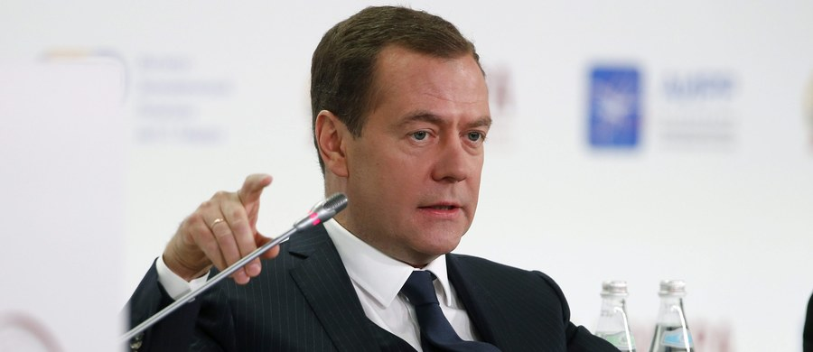 Premier Rosji Dmitrij Miedwiediew zarzucił administracji ustępującego prezydenta USA Baracka Obamy, że zrujnowała relacje z Rosją. Według niego amerykańskie sankcje gospodarcze są nieprzemyślane, a sankcje personalne - śmieszne i niezauważalne.