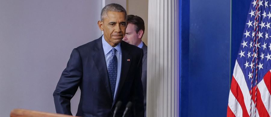 """Kończący swą kadencję prezydent USA Barack Obama ostro skrytykował Kongres za działania, które doprowadziły do tego, że budzące kontrowersje więzienie w Zatoce Guantanamo na Kubie wciąż pozostaje otwarte. W liście wystosowanym do Senatu oraz Izby Reprezentantów Obama podkreślił, że działania Kongresu, które uniemożliwiają przeniesienie osadzonych w bazie Guantanamo do więzień w Stanach Zjednoczonych, nie mają sensu. """"Żadna osoba do tej pory nie zbiegła z naszych więzień o zaostrzonym rygorze i więzień wojskowych"""" - stwierdził."""