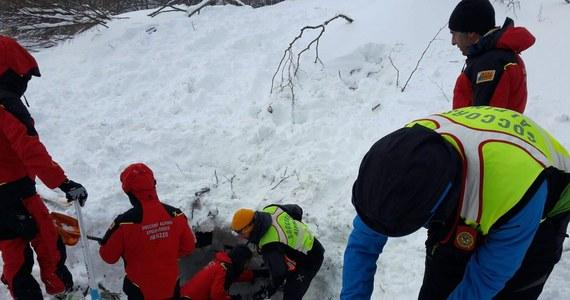Nadzieja na odnalezienie żywych w 24 godziny po zejściu lawiny na górski hotel w środkowych Włoszech jest coraz mniejsza. Mimo że ratownicy pracowali przez całą noc, do tej pory odkopali zaledwie 4 ciała z blisko 30 zaginionych osób. Tony śniegu spadły na luksusowy, czterokondygnacyjny budynek w środę wieczorem po serii trzęsień ziemi, jakie nawiedziły Półwysep Apeniński.