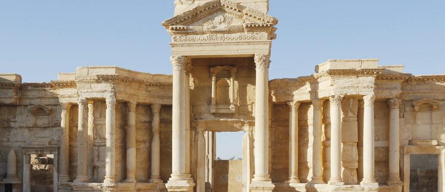 Bojownicy z Państwa Islamskiego zniszczyli najsłynniejsze zabytki antycznej Palmiry - Tetrapylon oraz fasadę rzymskiego teatru. ISIS ponownie przejęło kontrolę nad Palmirą po wyparciu w grudniu zeszłego roku z tego terenu oddziałów syryjskiego rządu. Organizacje broniące praw człowieka alarmują o dokonywanych przez terrorystów egzekucjach.