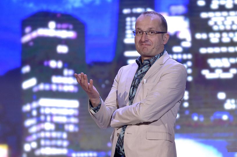"""Robert Górski, lider Kabaretu Moralnego Niepokoju i autor przebojowego """"Ucha Prezesa"""", otrzymał z Telewizji Polskiej propozycję realizacji serialu komediowego """"Lemingrad"""", nawiązującego do aktualnej sytuacji politycznej w Polsce."""