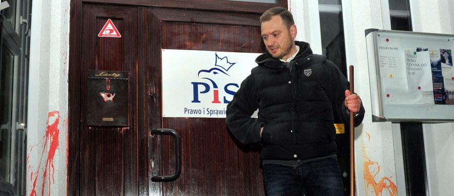 Poseł PO Sławomir Nitras wraz z kilkoma działaczami Platformy czyścili w piątek późnym wieczorem drzwi wejściowe do szczecińskiego biura posłów PiS, które kilka dni temu nieznani sprawcy oblali czerwoną farbą.