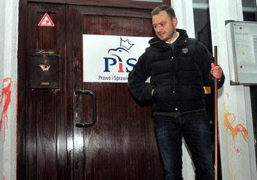 Nitras czyścił oblane farbą drzwi szczecińskiej siedziby PiS