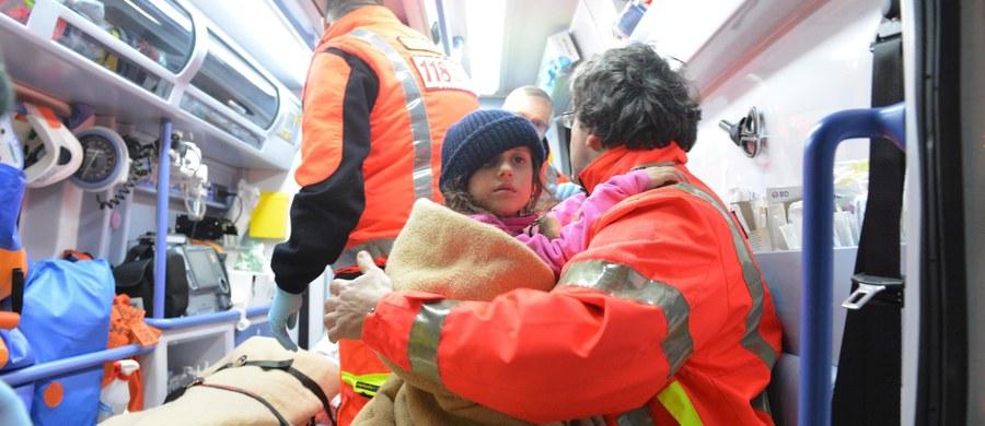 """""""Cudem w Rigopiano"""" nazwały włoskie media uratowanie całej rodziny z dwojgiem dzieci w hotelu, na który w środę runęła lawina w rezultacie trzęsienia ziemi. Dotąd z rumowiska wydobyto łącznie 5 osób: kobietę i czworo dzieci. Piątka innych czeka na ratunek."""