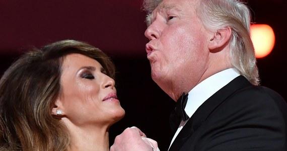 """Donald Trump został zaprzysiężony na 45. Prezydenta Stanów Zjednoczonych. Po oficjalnych uroczystościach przyszedł czas na inauguracyjny bal. Razem ze swoją żoną – Melanią – zatańczył do piosenki pt. """"My Way"""". Komentatorzy od razu podkreślali, że nowy prezydent USA nie jest najlepszym tancerzem. """"Dobrze, że prawie się nie ruszał, więc nie deptał (Melanii – red.) po palcach"""" – pisali internauci w sieci."""