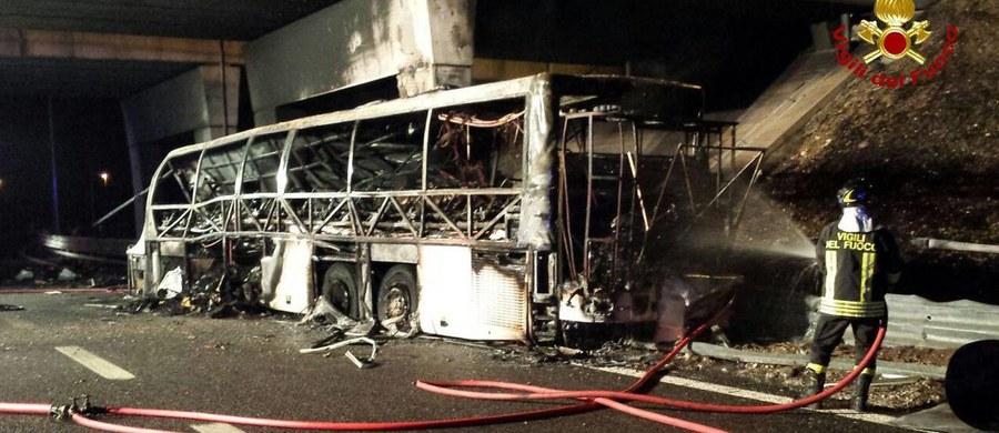 Co najmniej 16 osób zginęło w północnych Włoszech w piątek wieczorem w wypadku węgierskiego autokaru przewożącego młodzież w wieku 14-18 lat. Informację przekazała włoska agencja Agi.