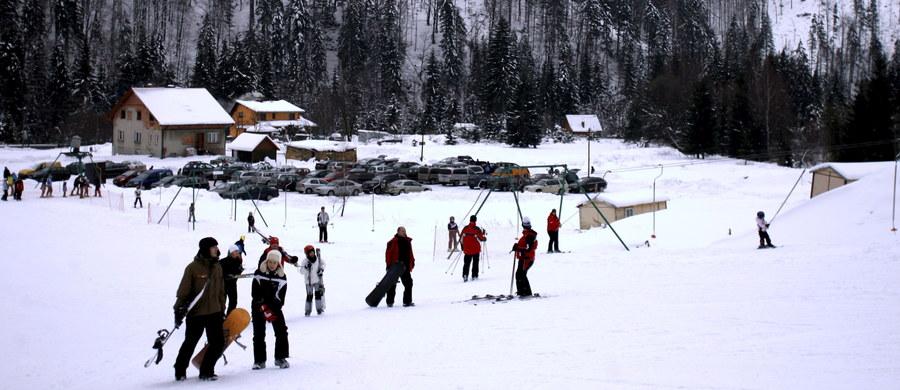 To był prawdopodobnie nieszczęśliwy wypadek - takie są wstępne ustalenia policji w sprawie śmierci 20-letniego narciarza w Wiśle. Młody mężczyzna w piątek wieczorem zderzył się z lodową bryłą. Zmarł w szpitalu z powodu obrażeń wewnętrznych.