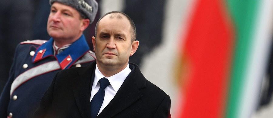 53-letni generał rezerwy Rumen Radew, witany 21 salwami artyleryjskimi, objął na uroczystej ceremonii w niedzielę funkcję głowy państwa, którą sprawować będzie w Bułgarii przez pięć lat.
