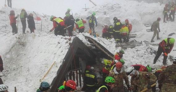Od ponad doby ratownicy pracujący w ruinach zasypanego przez lawinę hotelu w Abruzji w środkowych Włoszech nie wydobyli żadnej żywej osoby. Włoskie media informują, że ekipy nie słyszą już głosów ludzi spod śniegu.
