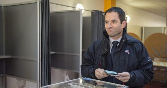 Są wstępne rezultaty pierwszej tury prawyborów wśród socjalistów, które mają wyłonić kandydata lewicy w tegorocznych wyborach prezydenta Francji. Wynika z nich, że w drugiej turze spotkają się były minister edukacji Benoit Hamon i były premier Manuel Valls.
