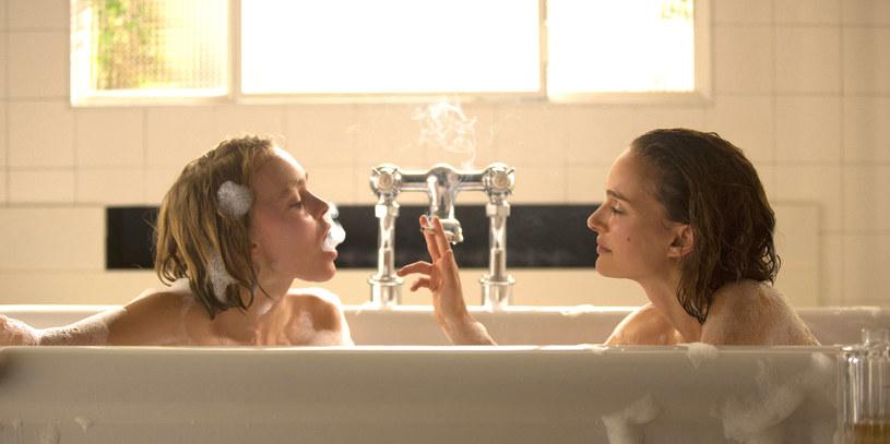 """Nagrodzona Oscarem Natalie Portman i nastoletnia gwiazda Internetu Lily-Rose Depp wyruszają w magiczną podróż po Paryżu lat 30. """"Planetarium"""" to zmysłowa i intrygująca opowieść o wyjątkowych siostrach, które potrafią porozumiewać się z duchami. Film francuskiej reżyserki Rebeki Zlotowski w kinach już 24 lutego!"""