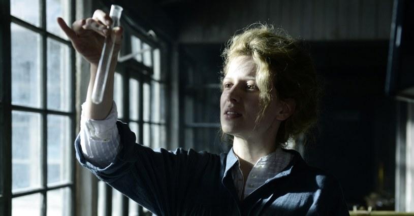"""20 stycznia poznaliśmy zwycięzców Bavarian Film Awards - najważniejszych, obok German Film Awards, niemieckich nagród filmowych. Wśród zdobywców prestiżowych wyróżnień znalazł się film """"Maria Skłodowska-Curie"""" - wystawna, międzynarodowa koprodukcja o życiu słynnej polskiej noblistki. Obraz z Karoliną Gruszką w roli tytułowej triumfował w dwóch kategoriach. Został nagrodzony za najlepszą reżyserię i najlepszą scenografię!"""